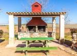 Barbacoa exterior con grifo de cerveza en casa rural villanova, Toledo
