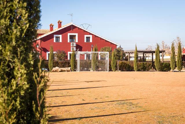 Campo de futbol de tierra en casa rural villanova, Toledo
