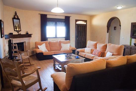 Salón con chimenea planta baja - casa rural villanova, Toledo
